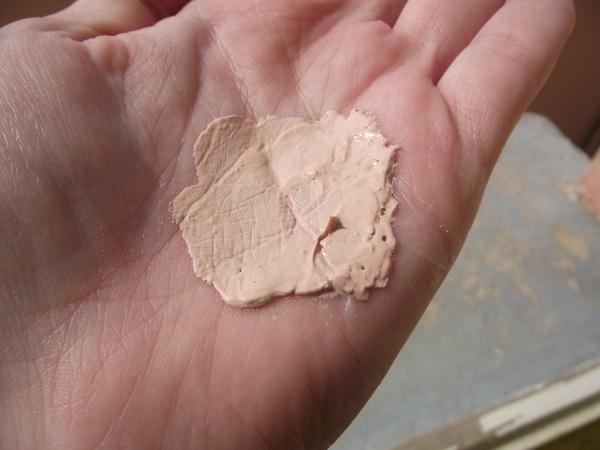 La crema da pigmentary individua su una faccia Mary Kay