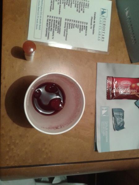 La gente normale ha un bicchiere d'acqua sul comodino... in Spagna si va di Tinto de Verano!