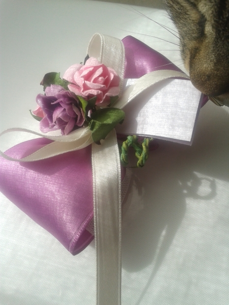 And here are the once-again-famous wedding favours, with Clothilde special curious guest!