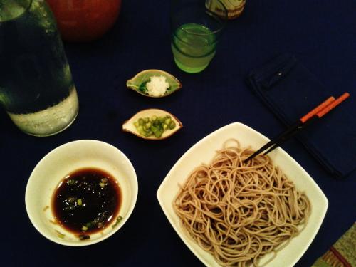 """Foto fatta al volo mentre già stavamo mangiando. Per servirlo in modo carino si possono bollire le """"forchettate"""" di soba legate così da poter disporre tutti i piccoli mucchietti nel piatto attorno alla ciotola di mentsuyu... Io avevo solo caldo e fame! :P"""